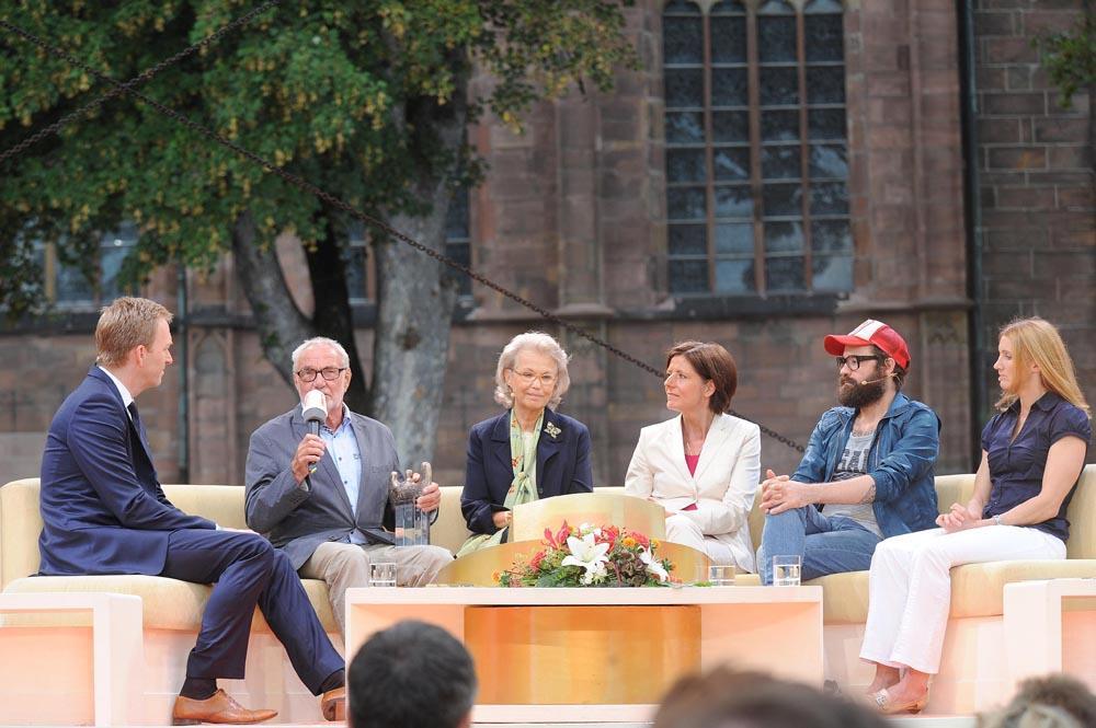v.l.n.r.: Moderator Martin Seidler, Manfred Franz, Gabriela Fürstin zu Sayn-Wittgenstein-Sayn, Ministerpräsidentin Malu Dreyer, Sascha Eigner (Jupiter Jones), Carolin Hingst
